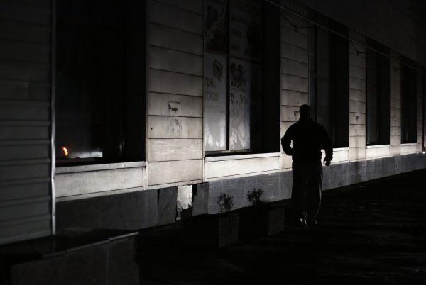 Мужчина идет по одной из улиц Симферополя.