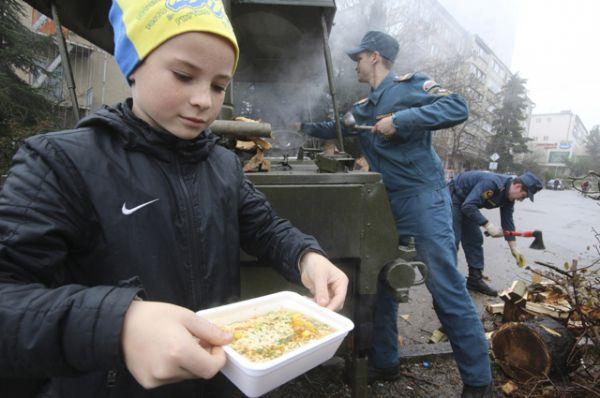 Мобильная станция, обеспечивающая жителей горячей едой, Массандра.