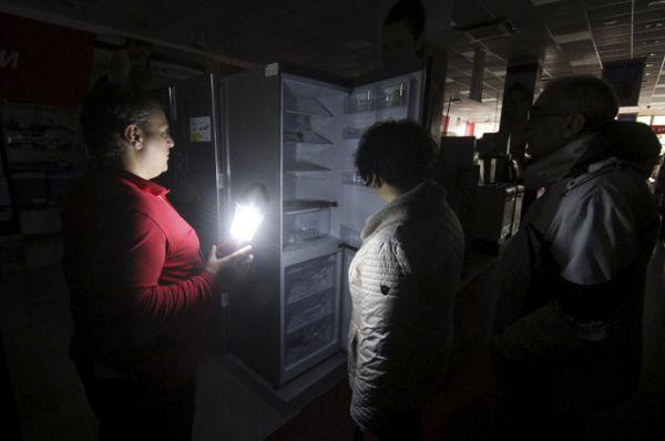 Покупатели в магазине электроники, Симферополь.
