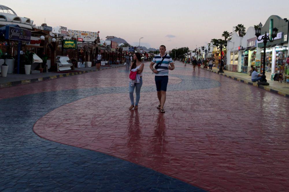 Туристы на торговой улице Шарм-эль-Шейха.