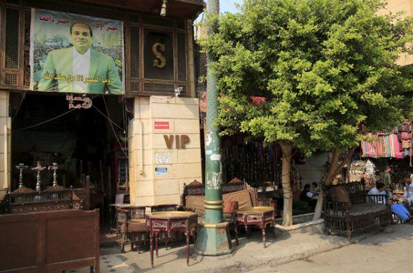 Пустая кофейня на рынке Хан-эль-Халили, Каир.