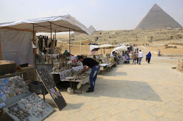 Продавцы сувениров у пирамид в Гизе.