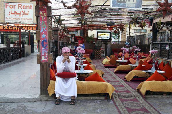 Владелец кафе в своем пустующем заведении, Шарм-эль-Шейх.