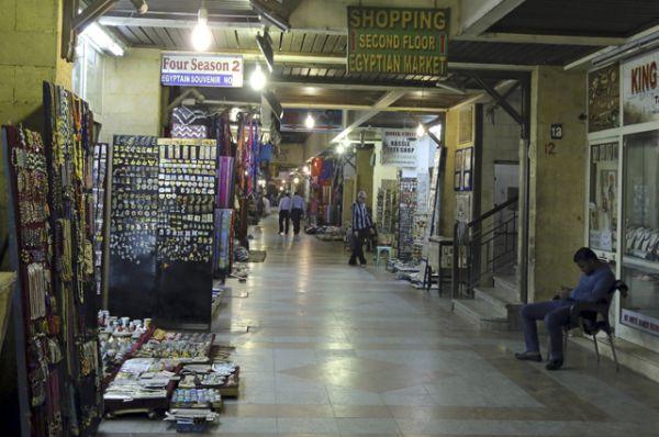Владелец сувенирного магазина в ожидании покупателей, Люксор.