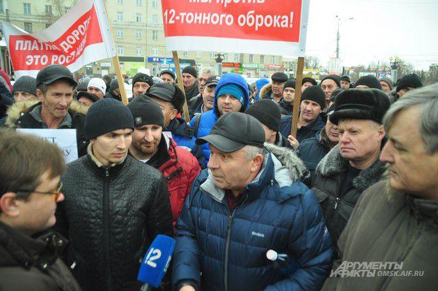 Очередной пикет на Театральной площади собрал 150 человек.