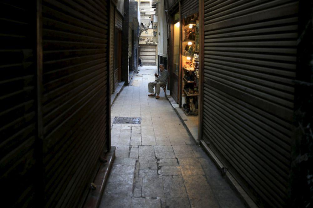 Закрытые магазины на туристическом рынке Хан-эль-Халили, Каир.
