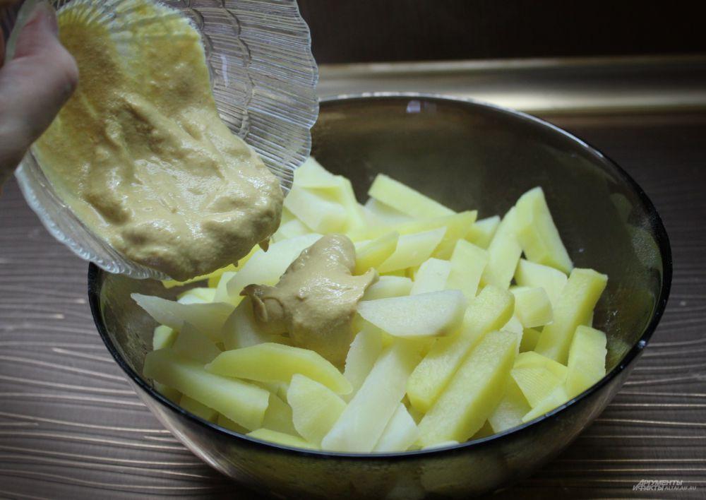 Добавляем в картофель горчицу.