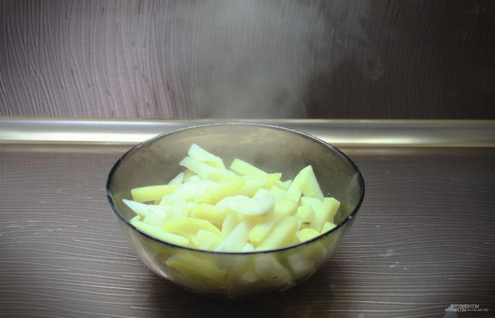 Сливаем всю воду и перекладываем картофель в чашку.