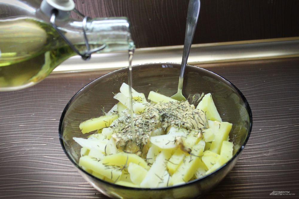 Потом добавляем розмарин, соль, масло. Аккуратно и тщательно перемешиваем, чтобы не поломать картофель. Отправляем все в холодильник настояться хотя бы на часок.