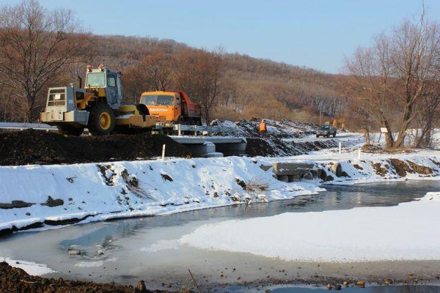 Сейчас строительная бригада завершает работы по обустройству съездов к реке.