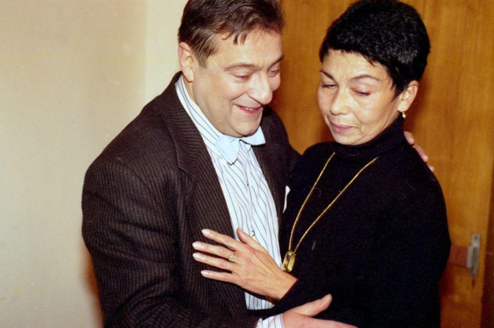 Геннадий Хазанов женат. Его супруга – Злата Эльбаум. Они познакомились в далеком 1969 году в театральной студии МГУ, где Злата была помощницей режиссера Марка Розовского.