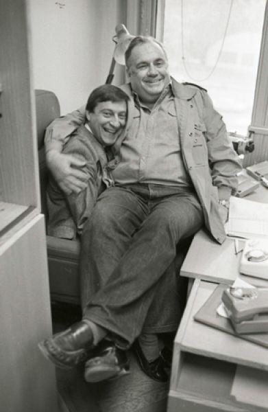 Получив высшее театральное образование, Хазанов устроился на работу к Леониду Утесову. В его оркестре Геннадий работал конферансье, пока не пошел на повышение в Москонцерт. На фото: с Эльдаром Рязановым.