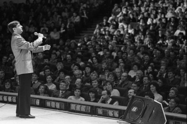 Монологи Хазанова знал каждый советский телезритель, но мало кто подозревал, что самые «острые» моменты из выступлений артиста все чаще вырезала цензура. Во время выступлений Хазанов часто игнорировал пожелания официальных лиц и много импровизировал. В итоге в 1984 году ему запретили выступать совсем. Но к тому времени артист был уже настолько популярен, что его стали приглашать на закрытые вечера и концерты.