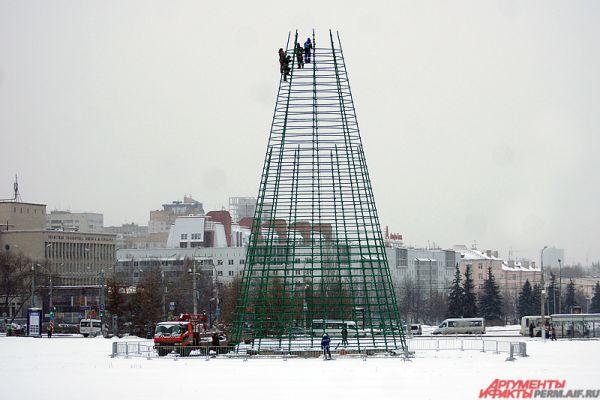 Первоначально рабочие установили каркас для будущей ёлки.