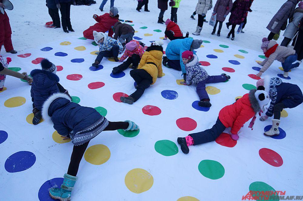Снежный «твистер» – забава для суровых школьников.