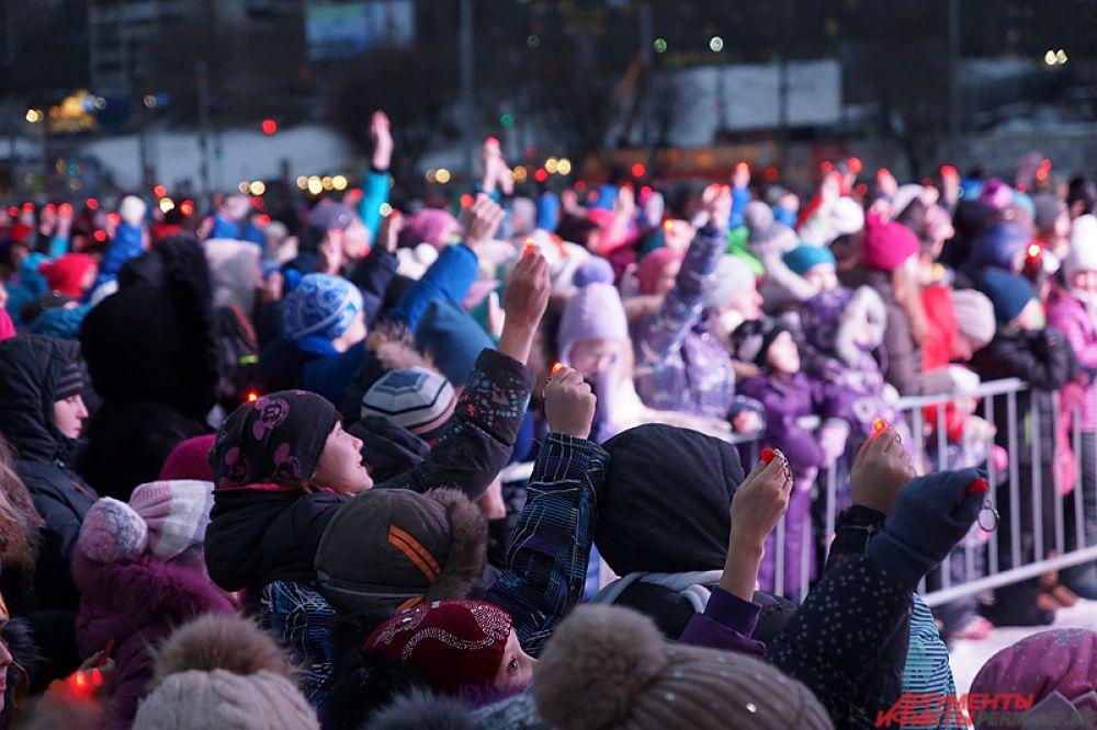 Детям раздали специальные яркие фонарики.