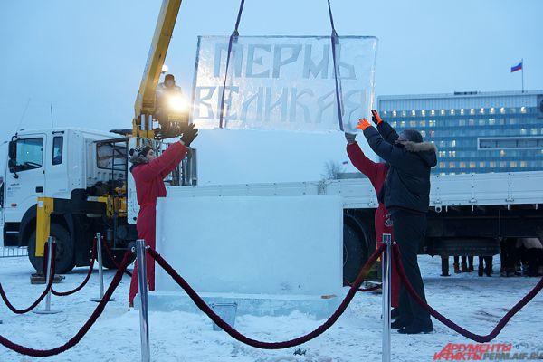Мэр города Перми Игорь Сапко помог в установке первой скульптуры будущего ледового городка «Пермь Великая».