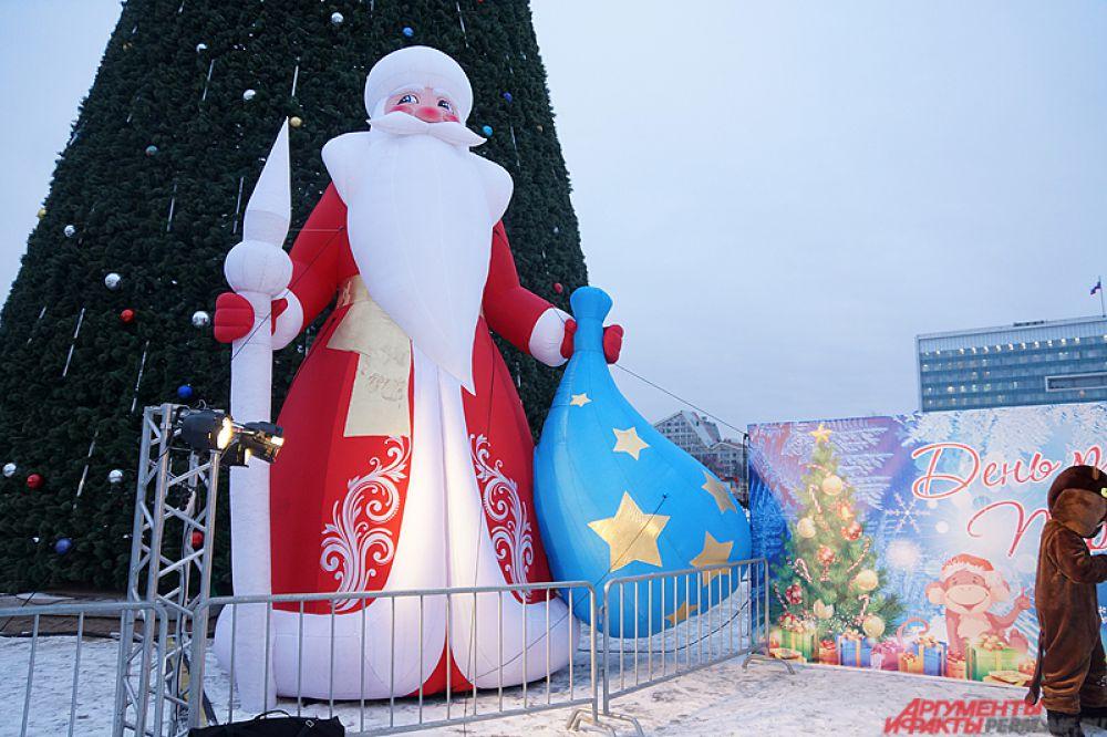 Большая скульптура Деда Мороза у главной ели города.
