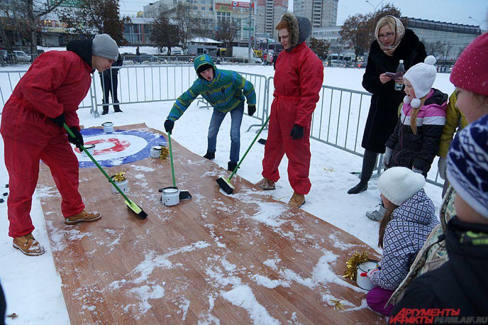 Кёрлинг для детей. Клеёнка вместо льда, чайники и швабры вместо спортивного инвентаря.