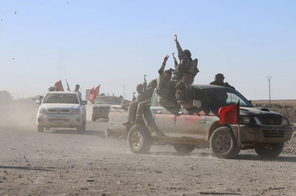 Отряды курдско-арабского союза сирийских демократических сил около города Аль-Хоул в провинции Хасака.