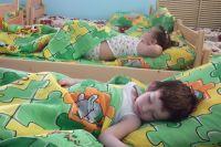 Они сладко спят и не знают, сколько хлопот создают родителям их походы в детский сад.