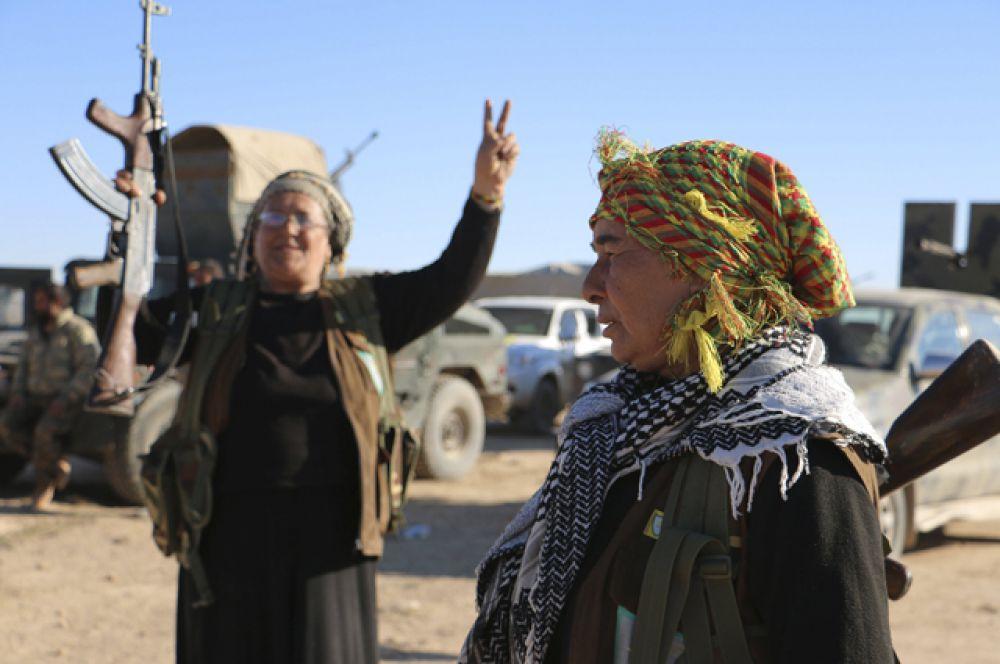 Курдские женщины из отрядов самообороны, которые поддерживают демократические силы Сирии.