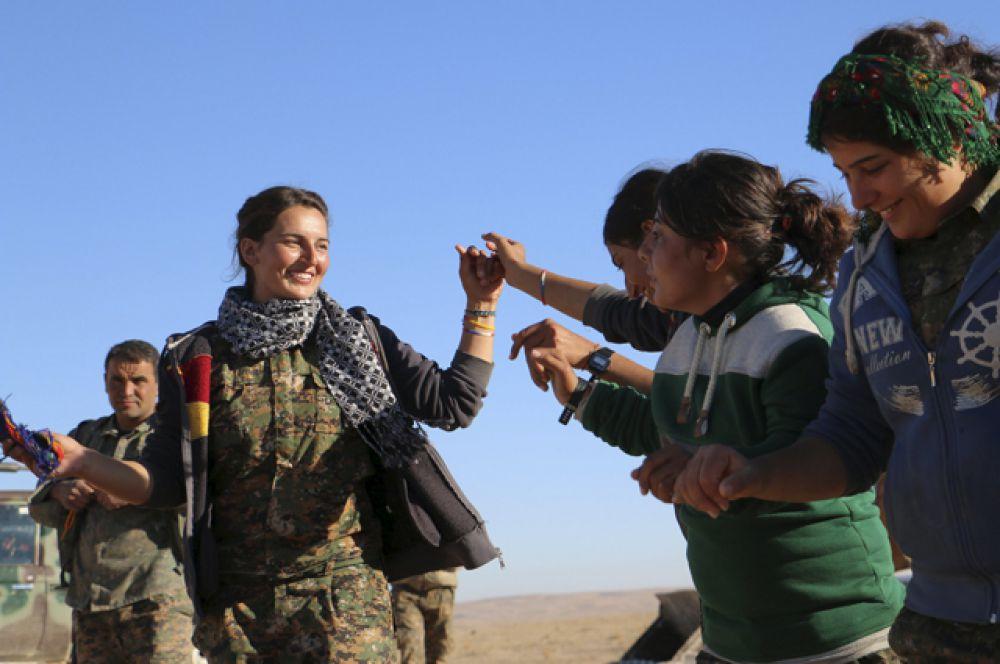 Около трети бойцов ополчения сирийских курдов – молодые женщины и девушки.