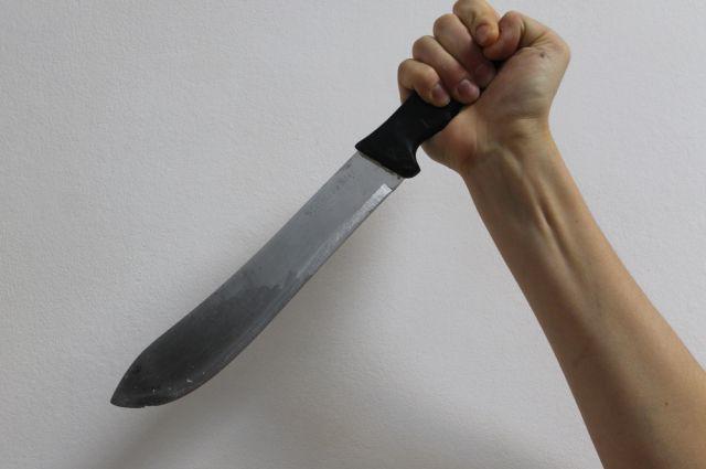 Пациент терапевтического отделения  взял кухонный нож в  пищеблоке медучреждения.