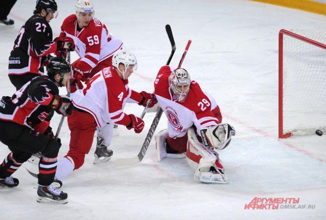 Последнюю шайбу в ворота соперников забил нападающий «ястребов» Денис Паршин.