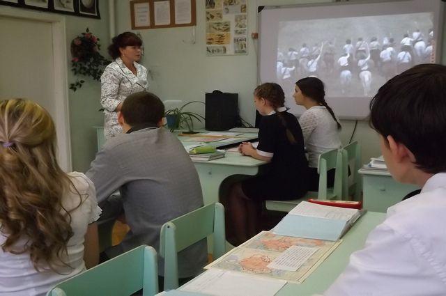 Темы сочинений стали известны выпускникам всего за 15 минут до начала экзамена.