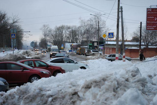 Пятый день после метели, улица Карла Маркса. Видимо, почистить дорогу – это значит сгрести снег в сторону и оставить.