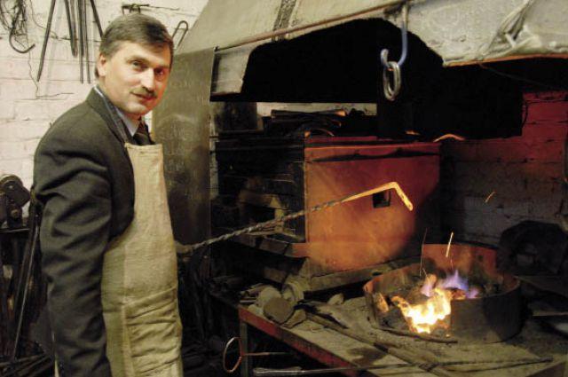 Трудовая биография начальника механического цеха Николая Валетина много лет назад начиналась здесь же.