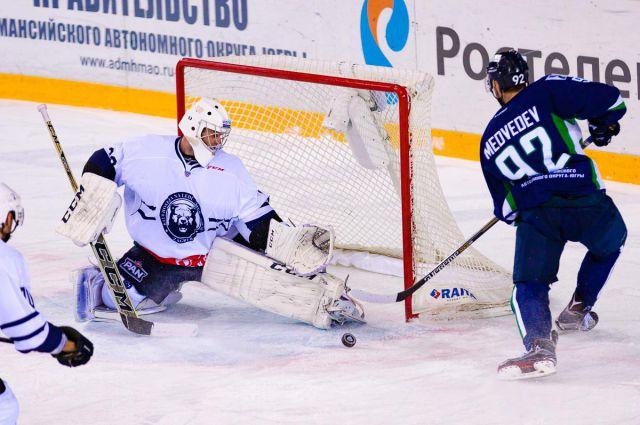 Павел Медведев забивает шайбу в ворота