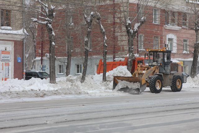 Дороги чистят от снега круглые сутки
