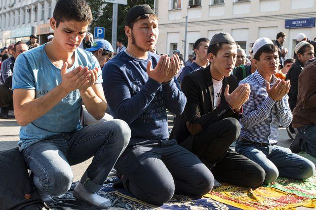 Мусульмане совершают намаз 5 раз в сутки