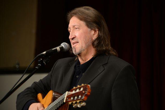 Зал пел любимые песни вместе с исполнителем.