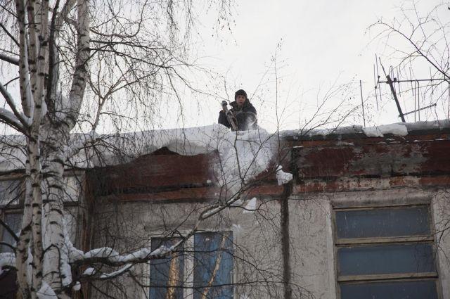 Несмотря на то, что крыши чистят гораздо активнее, чем в прошлом году, опасность для пешеходов все еще существует.