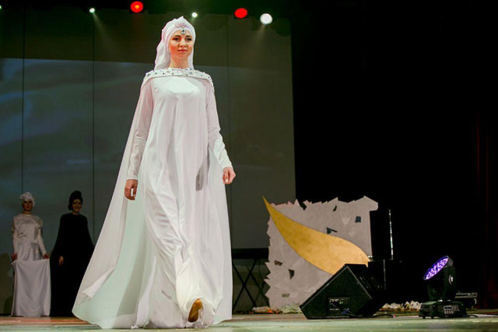 По-прежнему популярны платья традиционного свободного покроя.