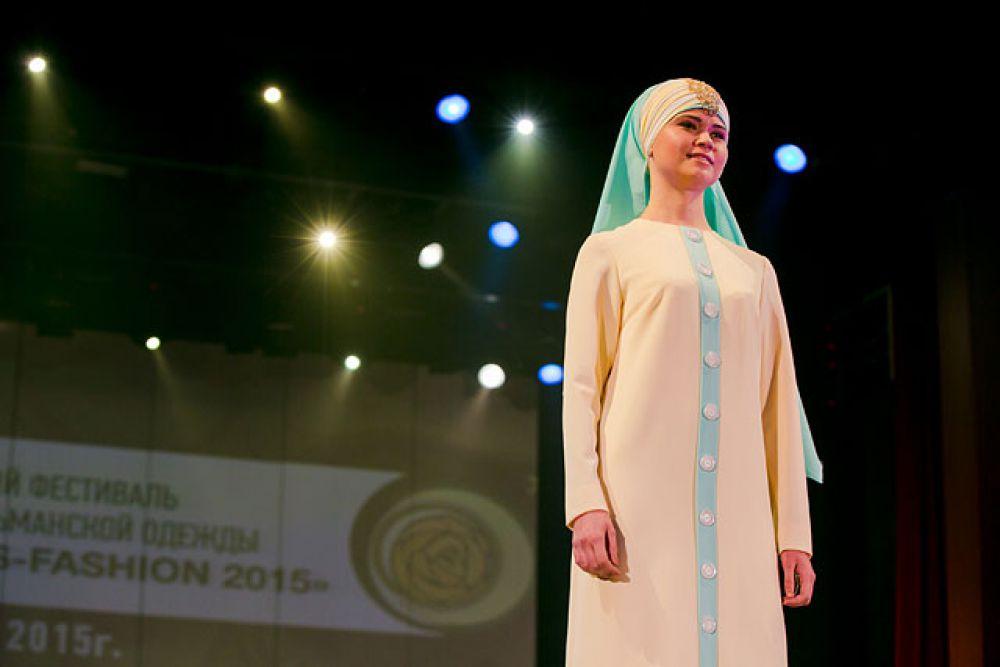 Это платье с головным убором отлично подойдет для церемонии никаха.