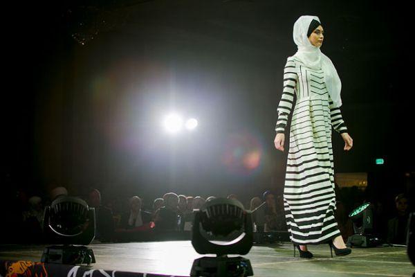 Дизайнеры мусульманской одежды стараются избегать ярких расцветок, предпочтение отдается сдержанной гамме цветов. Наряд выглядит вполне по-европейски.