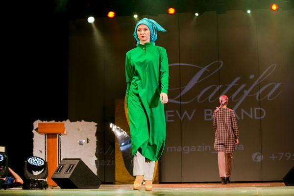 В моде - натуральные ткани - хлопок, шелк, шерсть.