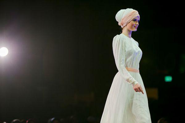 На смену традиционному платку приходит тюрбан. Такие, к слову, весьма популярны среди светской молодежи.