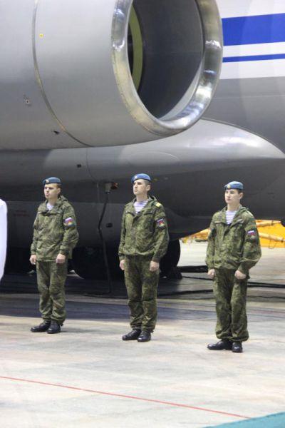 Бравые десантники под крылом самолета