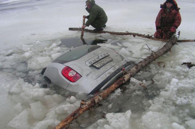Выезжать на лёд на автомобиле опасно!