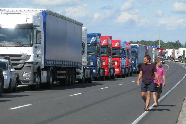 Водители большегрузов устраивают акции протеста по всей стране.
