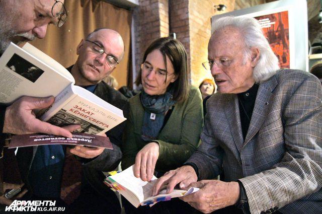 Не презентацию книги Михаэля Вика (справа) пришли десятки его поклонников.