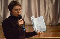 Елена Корнеева презентует новую книгу «Сближение» на творческой встрече с учениками школ города Мирного..