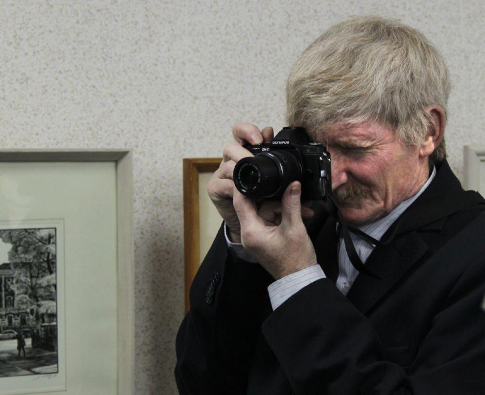 Работы живописца и персона автор привлекла пристальное внимание фотографов
