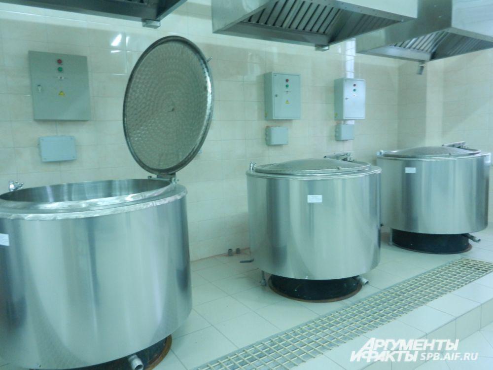 Центр кухни – плиты и внушительные варочные котлы. Каждый – на 200 литров. Администрация заверила: недостатка в продуктах не допустит и у подследственных всегда будет свежий и горячий обед.