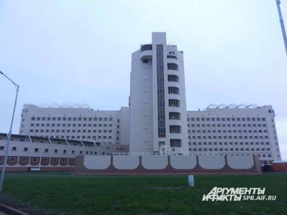 Кресты -2 – это 66 (!) современных зданий и сооружений. Комплекс рассчитан на 4000 мест и располагается на площади 35 га. Одновременно здесь могут находиться до 4 тыс. подследственных.